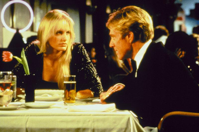 Da Tom Logan (Robert Redford) sich anfangs dagegen sträubt, Chelsea Deardon (Daryl Hannah) zu verteidigen, will sie ihn bezirzen. – Bild: ZDF und Bruce Birmelin