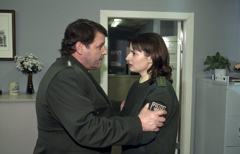Der Vorgesetzte Herbert Kotulla (Paul Faßnacht, l.) erteilt Rita Kerner (Annett Renneberg, r.) ein vorläufiges Verbot der Amtsausübung. – Bild: ZDF und Katrin Knoke