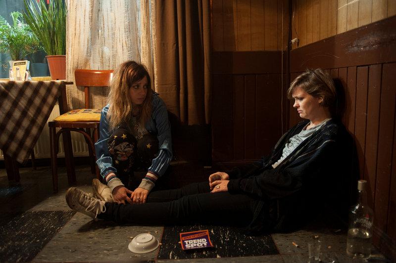 VOR HEIDEWITZKA Anna ist betrunken und will noch nicht nach Hause, on left: KARO (CLAUDIA EISINGER) and on right ANNA (LAURA TONKE). – Bild: Warner Bros. Entertainment, Inc.