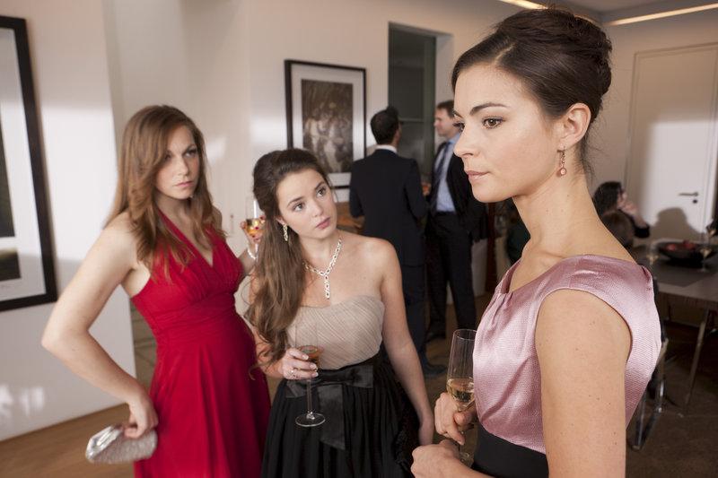 Auf einer Party erklären zwei durchgeknallte Mädels (Charlotte Bohning, l. und Xenia Assenza, M.), was Isabell (Henriette Richter-Röhl, r.) von der Ehe zu erwarten hat. – Bild: ZDF und Thomas Kost