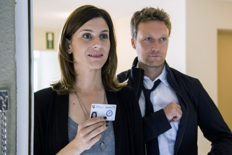 Das Ermittlerteam Judith Mohn (Christina Hecke) und Freddy Breyer (Robin Sondermann) ist einem ersten Verdächtigen auf der Spur und taucht prompt vor dessen Haustür auf. Es gibt keine Zeit zu verlieren. – Bild: ZDF/Manuela Meyer