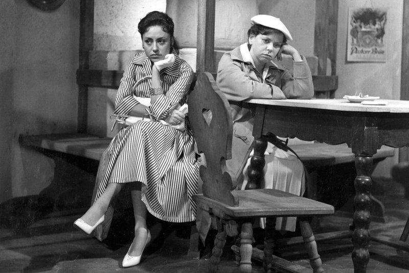 hr-fernsehen DAS EINFACHE MÄDCHEN, Spielfilm, Deutschland 1957, Regie: Werner Jacobs, am Samstag (14.06.14) um 13:30 Uhr. Caterina Bastiani (Caterina Valente, links) und Milli (Ruth Stephan). – Bild: HR/BR/Degeto