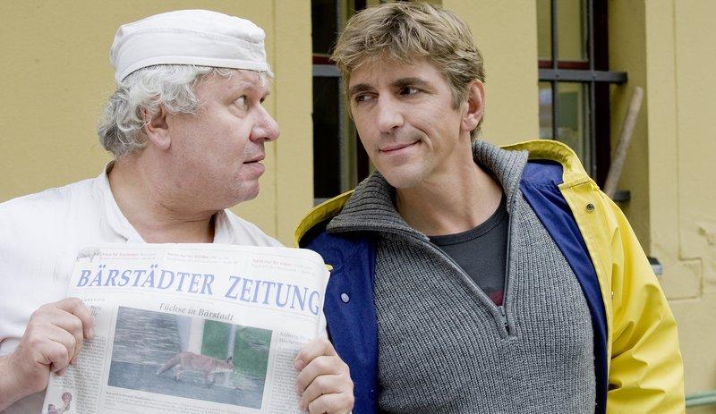 Ein Fuchs streunt durch Bärstadt. Der Bäcker (Roland Florstedt) ist überzeugt, dass der in die Backstube eingebrochen ist. (re.: Guido Hammesfahr) – Bild: ZDF/Antje Dittmann