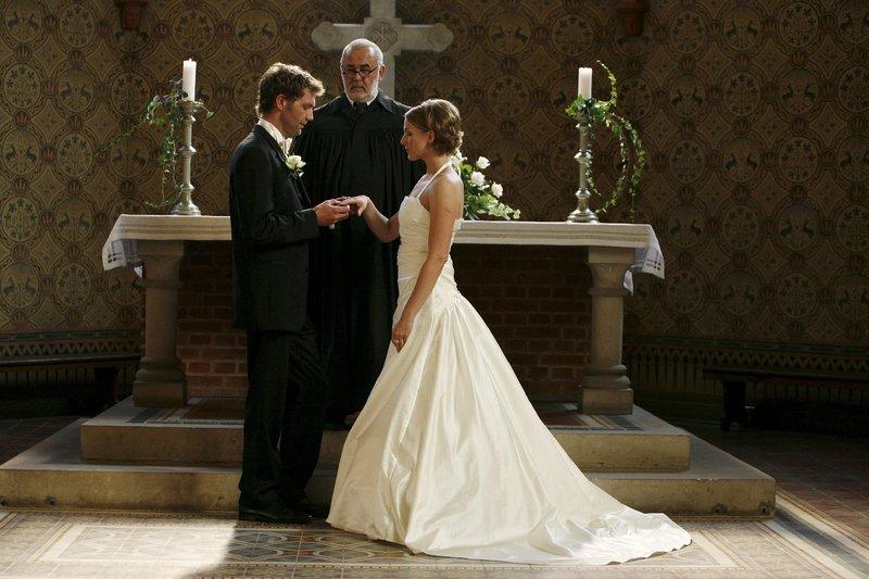 Endlich können Hanna und Jan ihre Hochzeit feiern. (v.l. Patrik Fichte, Udo Walz, Tanja Wedhorn) – Bild: ZDF und Daniela Incoronato