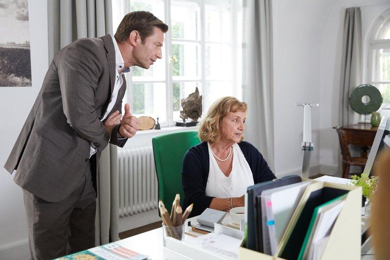 Dorothea Bühler (Aviva Joel, r.) erklärt Kommissar Hansen (Igor Jeftic, l.), dass ihr Schwiegersohn gut zur Familie und zum Familienbetrieb gepasst hat. – Bild: ZDF und Bojan Ritan.