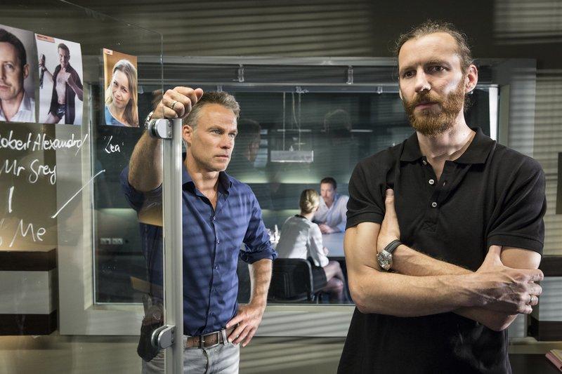 """V.l.n.r.: Jan Maybach (Marco Girnth), Ina Zimmermann (Melanie Marschke), """"Mister Grey"""" Robert Alexandro (Andreas Hofer), Bertram Schöffel (Knut Berger). – Bild: ZDF und Uwe Frauendorf"""