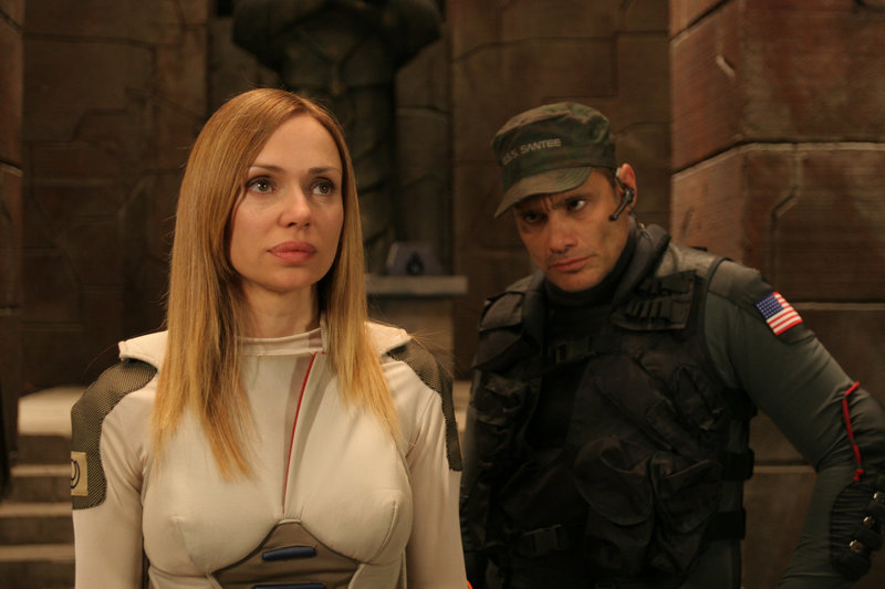 Captain Mace Carter (Steven Bauer) und Dr. Anna Rogers (Vanessa Angel). – Bild: TORO Entertainment