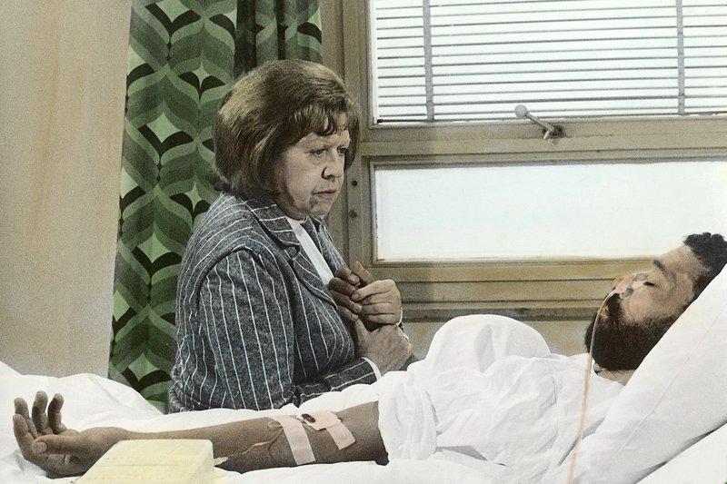 Ali (El Hedi ben Salem) ist an einem Magengeschwür schwer erkrankt. Der Arzt stellt eine düstere Prognose, doch Emmi (Brigitte Mira) will nicht aufgeben. – Bild: ZDF / © ZDF/Beta-Film