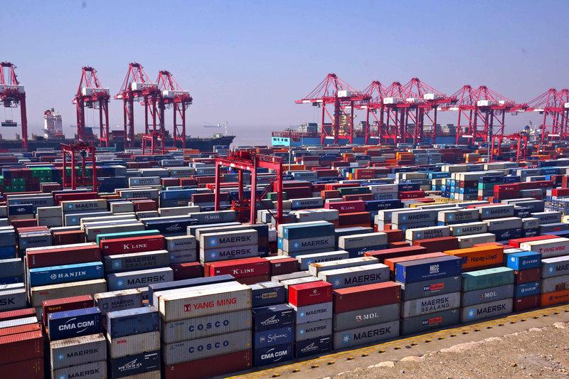 Der Tiefwasserhafen Yangshan liegt 100 Kilometer von Shanghai entfernt. Dieser erste künstliche Hafen der Welt wurde im Dezember 2005 eröffnet. – Bild: ARTE France
