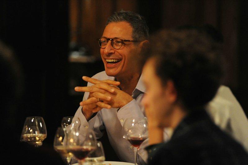 Zufällig treffen Meg und Nick auf Morgan (Jeff Goldblum), seinen alten Studienkollegen aus Cambridge-Tagen, der inzwischen ein sehr erfolgreicher Schriftsteller ist, und sie auf eine Party einlädt. Er provoziert die Katharsis der Endfünfziger. – Bild: BR/Telepool