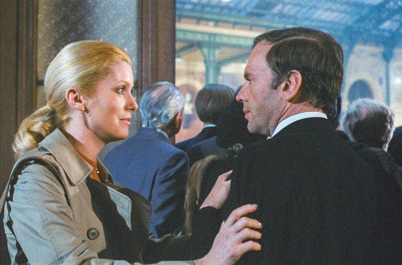 Unterstützt von seiner Frau Céline (Catherine Deneuve) stellt Henri (Jean-Louis Trintignant) Nachforschungen an, um seine Unschuld zu beweisen. – Bild: arte