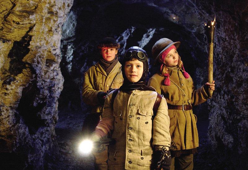 Gustav (Julius Römer, Mi.), Stella (Laura Berschuck, re.) und Clementine (Hanna Schwamborn, li.) sind auf der Suche nach dem Schatz. – Bild: ZDF/Steffen Junghans