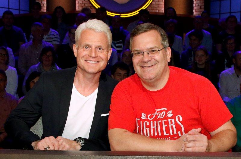 Rateteam-Kapitän Elton (r.) und der TV-Moderator Guido Cantz (l.) bilden ein Rateteam. – Bild: ARD/Morris Mac Matzen