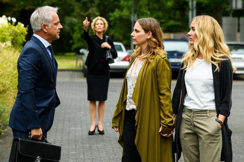 Hanna (Marie Zielcke, 2.v.r.) will endlich mit Prof. Dr. Alexander von Arnstett (Florian Fitz) über ihre Beziehung sprechen. – Bild: ZDF und Willi Weber.