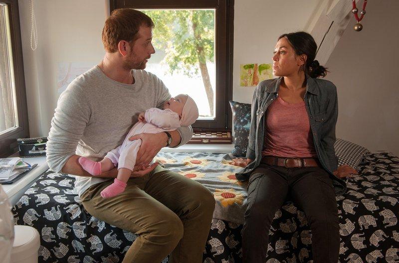 Paul (Christoph Schechinger) und Jule (Mona Pirzad) mit dem Findelkind. – Bild: ARD Degeto/Britta Krehl