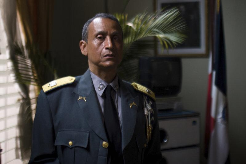 Der kleine Luisito muss mit ansehen, wie sein Vater kaltblütig ermordet wird. Als junger Mann und erfüllt von Rachegefühlen verschreibt er sich einem zwielichtigen Dienstherrn: General Colon. Für ihn arbeitet Luisito als Auftragskiller. Immer näher kommt er seinem Ziel, dem Mörder seines Vaters. Da taucht plötzlich Jenny, seine Jugendliebe, auf Der korrupte General Colon (Juan Fernández) wird im Gefängnis auf Luisito aufmerksam und bildet ihn zum 'Vollstrecker' aus. – Bild: RRS