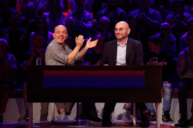 Rateteam-Kapitän Bernhard Hoëcker (l.) und der TV-Moderator Ralph Morgenstern (r.) bilden ein Rateteam. – Bild: ARD/Morris Mac Matzen