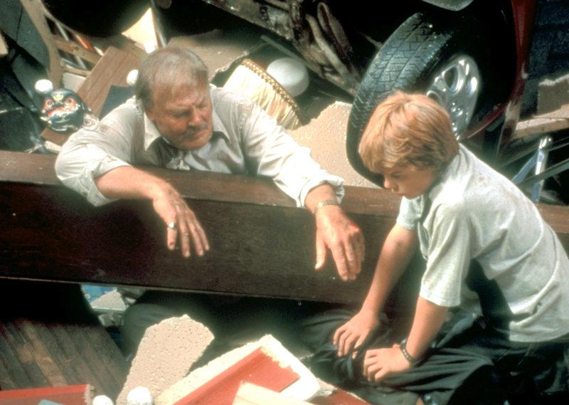 Peter Crane (Stacy Keach) wurde von einem Balken getroffen, der jetzt sein Bein einklemmt.. – Bild: RTL II