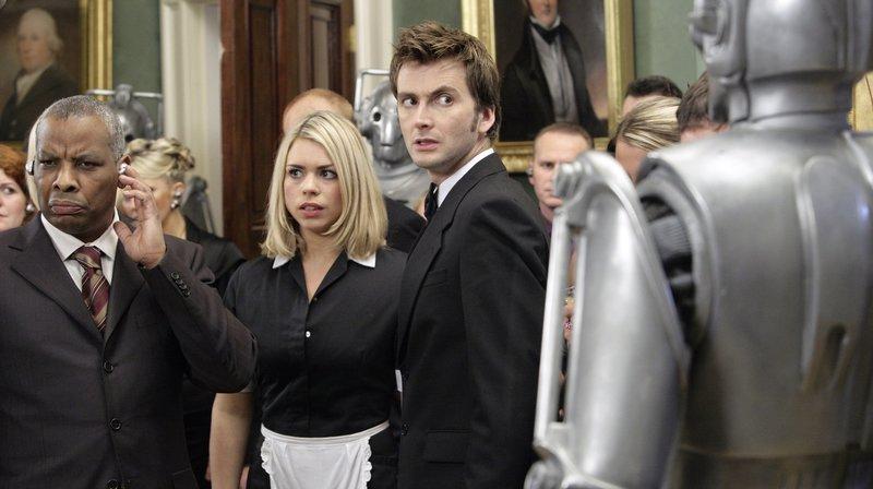 v.l.n.r. Der President (Don Warrington), Rose (Billie Piper), Doctor Who (David Tennant) und Cybermen – Bild: WDR/BBC/Adrian Rogers