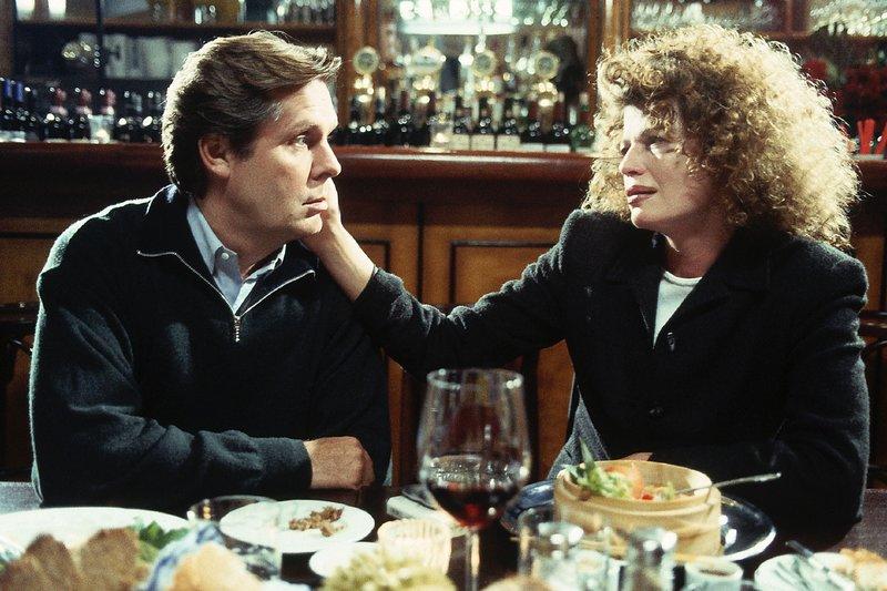 Für Stefan (Sigmar Solbach) heißt es Abschied nehmen: Er trifft sich ein letztes Mal mit Vanessa (Denise Virieux) in ihrem Lieblingslokal. Er kann immer noch nicht verstehen, warum sie ihren Mann nach Brasilien begleiten will... – Bild: Passion