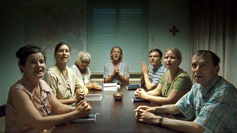 Anna Maria (Maria Hofstätter) und ihre Gebetsgruppe wollen Österreich wieder katholisch machen – Bild: ARD Degeto/Tatfilm