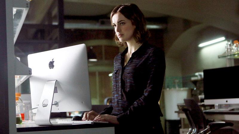 Agent Simmons (Elizabeth Henstridge) – Bild: RTL II