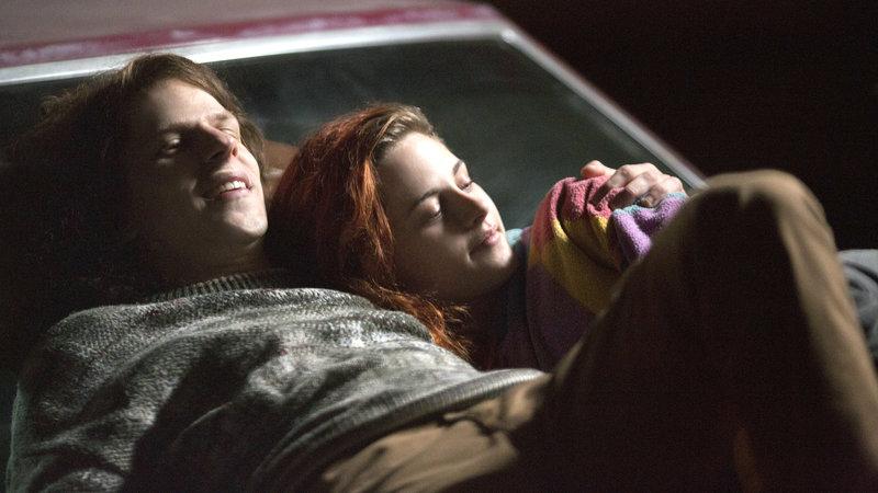 Mike Howell (Jesse Eisenberg) und Phoebe Larson (Kristen Stewart) – Bild: RTL