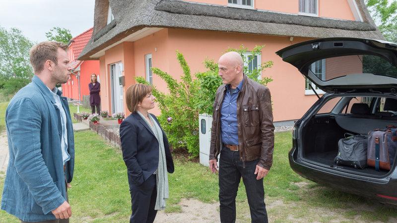 Wie sich herausstellt hat Edgar Sichler zusammen mit Heinrich Lenz die Klage eingereicht. Wurde er ebenfalls bedroht? Und können die Polizisten den Gerüchten glauben, dass Sichler auch Grund hatte, Lenz zu hassen? (vorne v.l.n.r.: Lars Pöhlmann (Dominic Boeer), Katrin Börensen (Claudia Schmutzler), Edgar Sichler (Leon Boden)). – Bild: ZDF und ZDF/Meyerbroeker