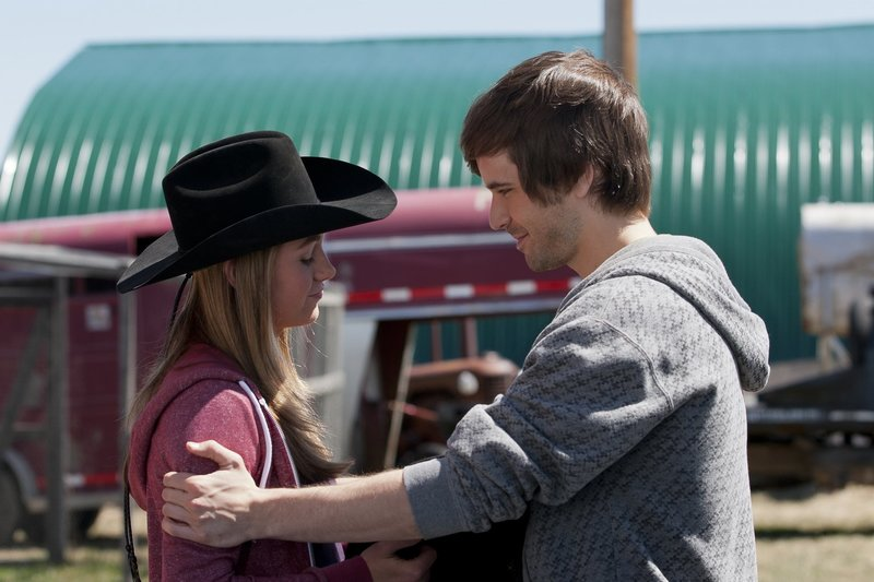Amy Fleming (Amber Marshall, l.); Ty Borden (Graham Wardle, r.) – Bild: Rescued Horse Season Five Inc. Lizenzbild frei