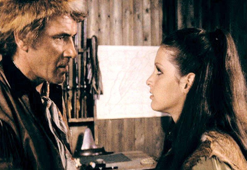 Der Bandit Mark Monty (Harald Leipnitz) bedroht Rose (Kristina Nel), die schöne Tochter des Sheriffs. – Bild: ARD Degeto