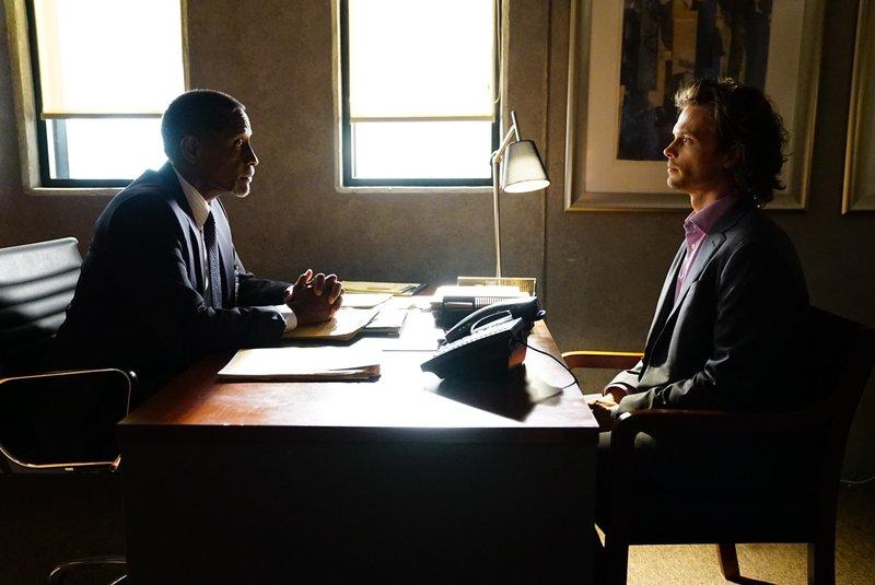 Nachdem Reid (Matthew Gray Gubler, r.) einige Tests absolvieren musste, um zu beweisen, dass er wieder im FBI arbeiten kann, findet nun ein Gespräch mit Cooper (Forest Whitaker, l.) statt ... – Bild: 2017 CBS Broadcasting, Inc. All rights reserved. / Sonja Flemming Lizenzbild frei
