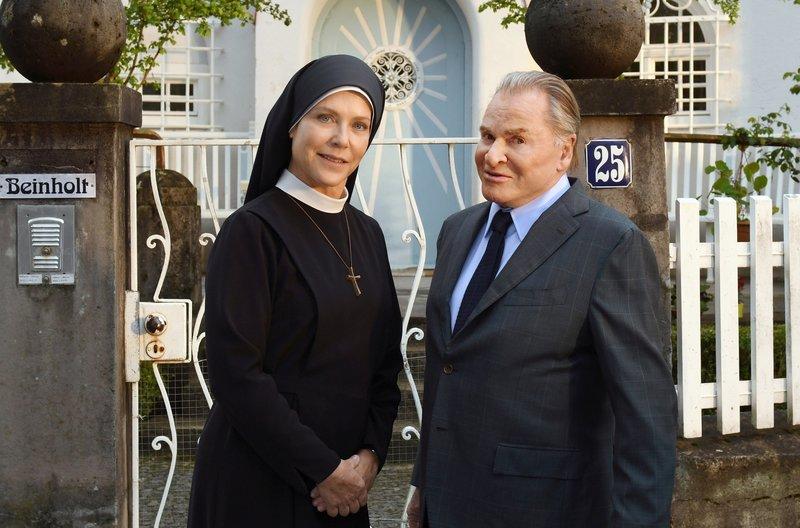Schwester Hanna (Janina Hartwig, l.) und Bürgermeister Wöller (Fritz Wepper, r.) schmieden einen Plan, um Uta Beinholds Pflegerin zu überführen. – Bild: ARD/Barbara Bauriedl