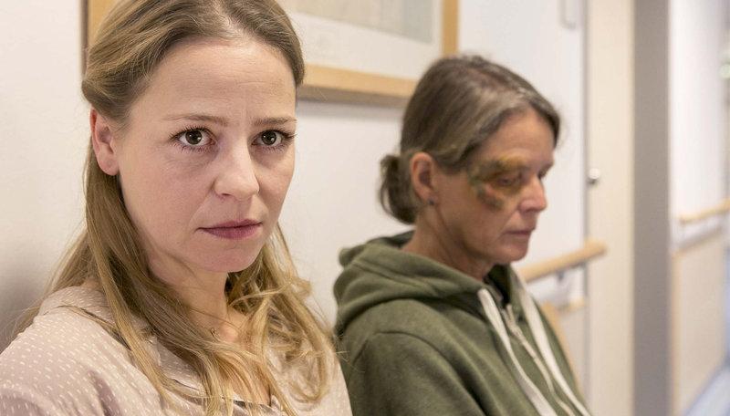 Im Flur des Krankenhaus wartet Laura (Theresa Scholze, l.). – Bild: ARD/Kai Schulz
