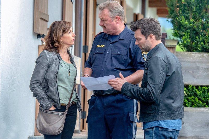 Nina Pokorny (Julia Cencig, l.), Kroisleitner (Ferry Öllinger, M.) und Lukas Roither (Jakob Seeböck, r.) bei den Ermittlungen. – Bild: SRF/ORF/Stefanie Leo