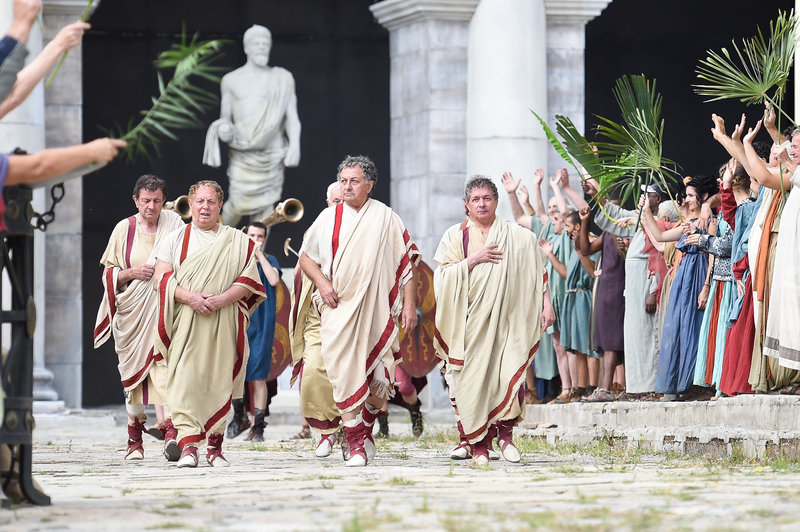 Römische Senatoren auf dem Weg zu Cäsar. – Bild: ZDF und Iana Blajeva