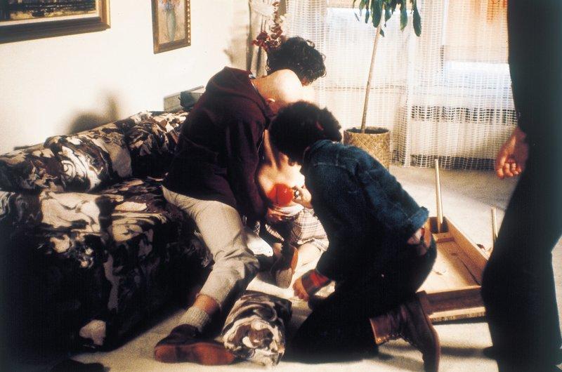 Drei Gangster überfallen Kerseys Frau und Tochter in deren Wohnung und misshandeln sie brutal. – Bild: Studiocanal GmbH
