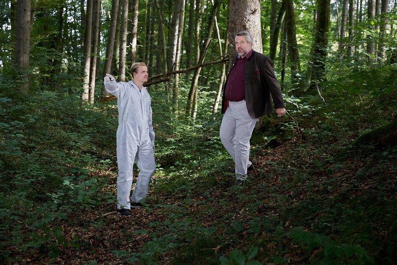 Ein Kollege der Spurensicherung (Komparse, l.) zeigt Kommissar Stadler (Dieter Fischer, r.) den Weg zum Tatort. – Bild: Bojan Ritan / Die Verwendung ist nur bei redak / ZDF / © ZDF/Bojan Ritan