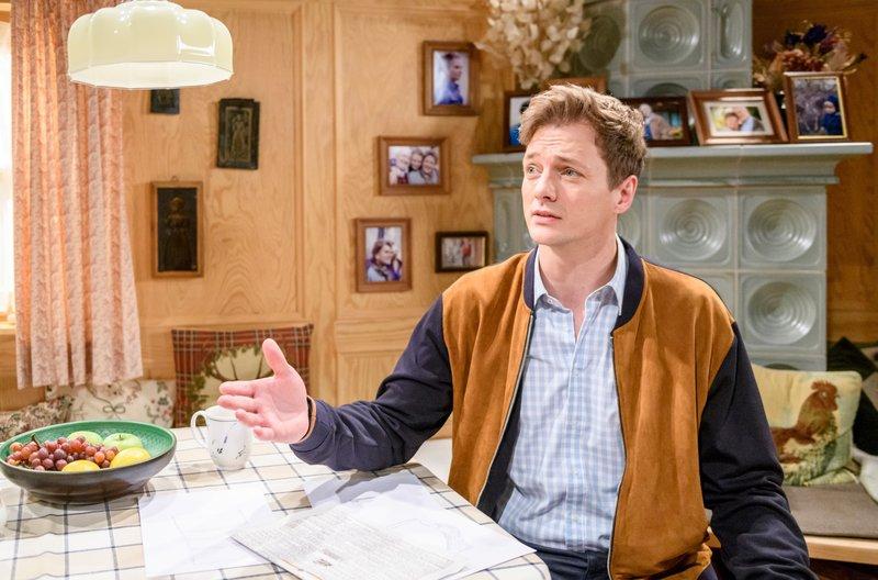 Henry (Patrick Rollmann) versucht Jessica klar zu machen, dass eine Fernbeziehung nicht das Aus für sie als Paar bedeuten muss. – Bild: ARD/Christof Arnold