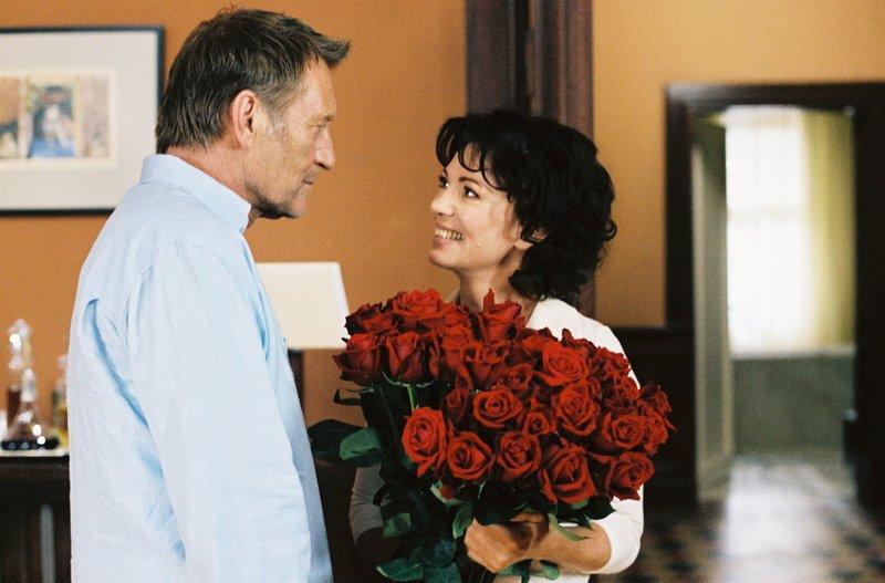 Alma (Iris Berben) bekommt von ihrem Mann Ben (Matthias Habich) zur Silberhochzeit rote Rosen geschenkt. – Bild: BR/MOOVIE/Stefanie Kulbach