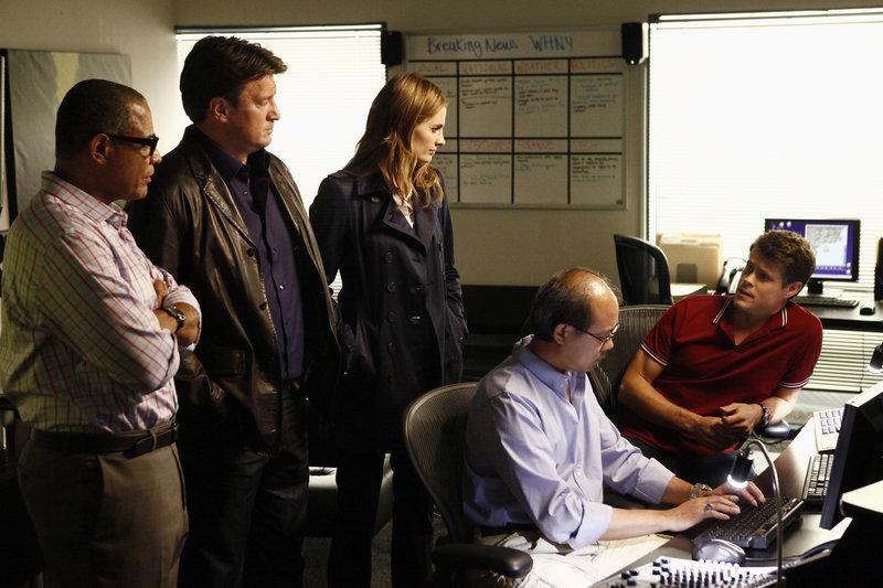 Die beliebte Wetterfee Mandy Michaels wird ermordet im Studio aufgefunden. Harvey Milton (Tyrees Allen, l.) zeigt Castle (Nathan Fillion, 2.v.l.) und Beckett (Stana Katic, M.) die Aufzeichnungen der Überwachungskameras. Können sie so den Mörder finden? – Bild: kabel eins