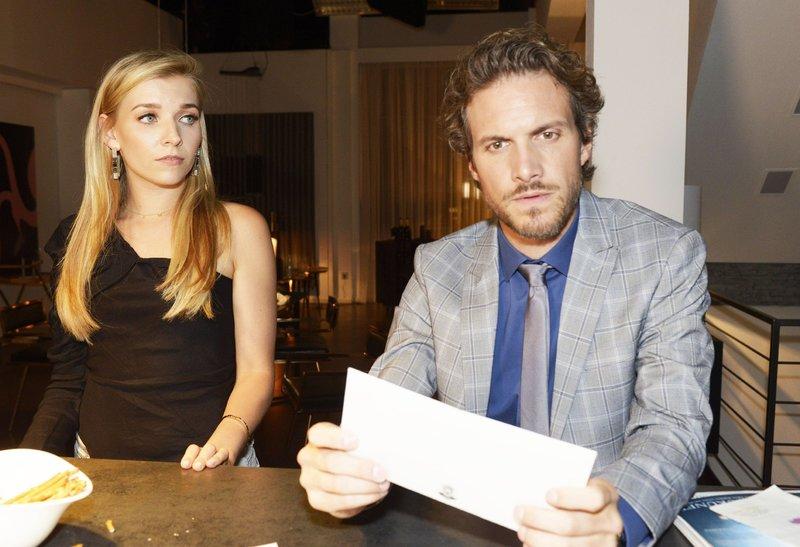 Felix (Thaddäus Meilinger) kann seine Wut auf Brenda (Annabella Zetsch) nur schwer zügeln. – Bild: TVNOW / Rolf Baumgartner