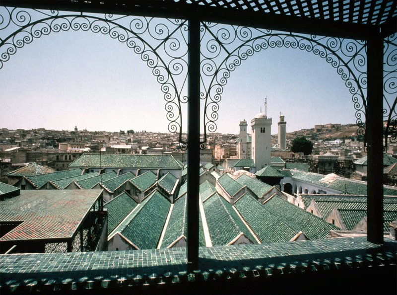 Blick von der Balustrade auf die Karawijin-Moschee und das Observatorium. – Bild: SWR