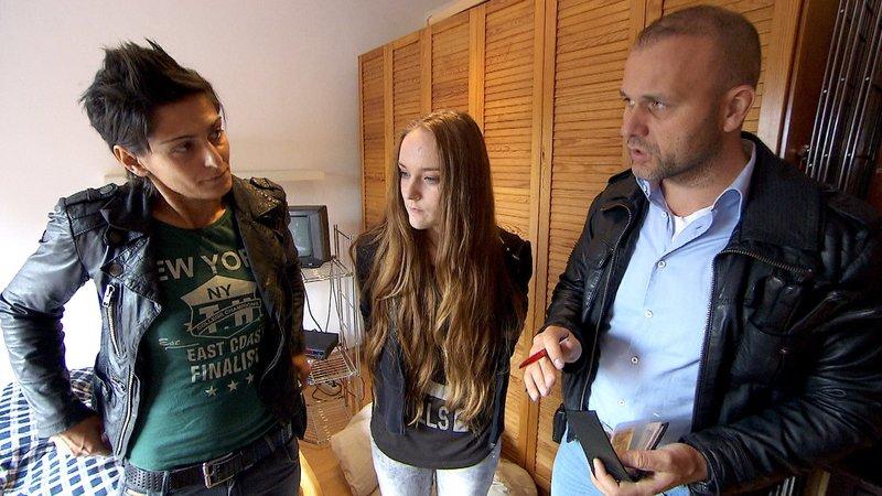 Eine 14-Jährige klaut einen Hund. Was steckt dahinter? Die beiden Beamten Mira (li.) und Alex (re.) ermitteln... – Bild: RTL II