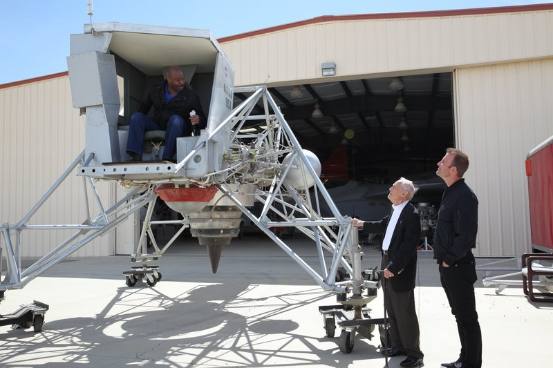 Leland Melvin in the Lunar Lander Research Vehicle at the NASA Armstrong Flight Research Center talks with Gene Matranga and Chad Jenkins. – Bild: Discovery Communications, LLC