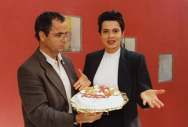 Fernsehspielchef des SWF gratuliert Ulrike Folkerts mit einer Torte zu ihrem 10. Tatort – Bild: AGENTUR: photocontrast