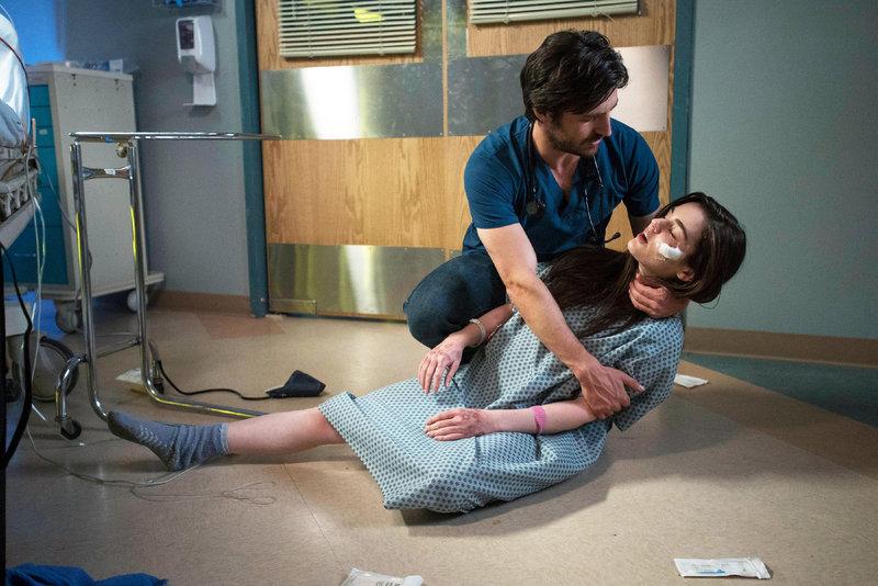 Gelingt es Dr. TC Callahan (Eoin Macken), die Ursache der gewalttätigen Ausbrüche der Psychose-Patientin Amanda (Dana Melanie) zu finden? – Bild: MG RTL D / Sony Television Inc.