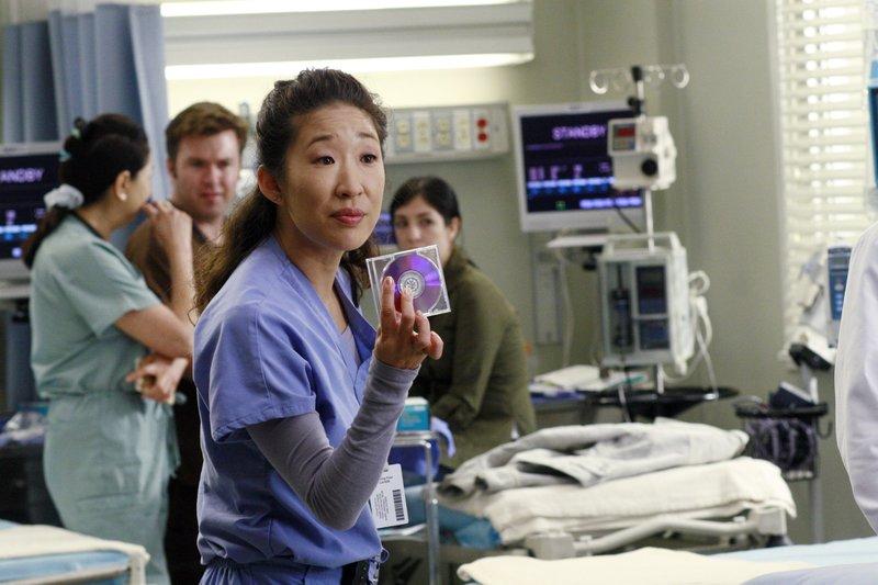 Cristina (Sandra Oh) entdeckt eine DVD, die den missglückten Fallschirmsprung von Rick Jacobs enthalten sollte ... – Bild: sixx