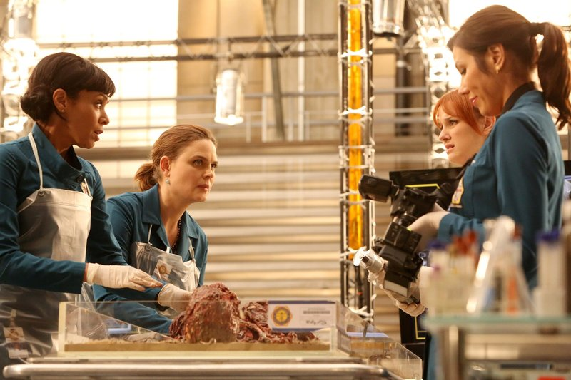 V.l.: Cam (Tamara Taylor), Brennan (Emily Deschanel), Angela (Michaela Conlin) und Jessica (Laura Spencer) untersuchen die sterblichen Überreste einer Leiche, die von einer Schlammlawine angespült wurde. Die Verwendung des sendungsbezogenen Materials ist nur mit dem Hinweis und Verlinkung auf TVNOW gestattet. – Bild: TVNOW / FOX