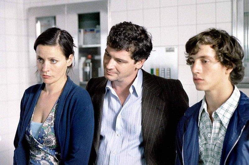 Von links: Veronika (Jule Ronstedt), Lorenz (Fritz Karl) und Franz (Franz Xaver Brückner) im Krankenhaus. – Bild: BR/Roxy Film/Christian Hartmann