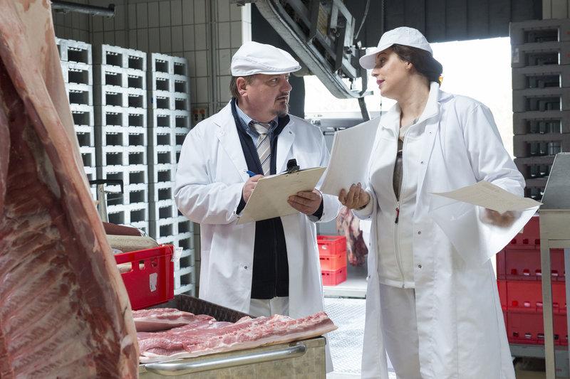 In der Fabrik von Katja (Elena Uhlig, r.) und Rainer Preusse (Jürgen Tarnach, l.) werden Würstchen hergestellt. – Bild: ZDF und ©Andrea Enderlein